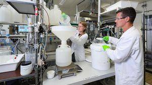 Océane Hammes (links) und Lucas Ott im Labor (Foto: Alain Herzog, epfl.ch)