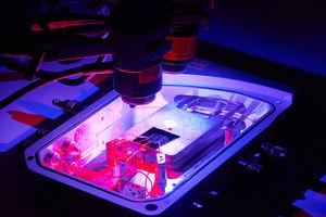Neuer Gehirnchip im strahlenden Licht im Labor (Foto: rmit.edu.au)