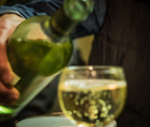 Wein einschenken: Alle zahlen für den Missbrauch (Foto: pixelio.de, Petra Bork)