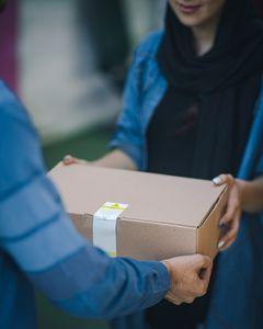 Amazon-Paket: Verkäufer werden geschröpft (Foto: unsplash.com, RoseBox)