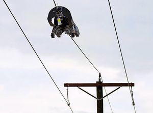 Roboter: Befestigt Glasfaserkabel an Stromleitung (Foto: connectivity.fb.com)