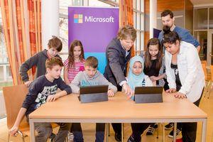 Paul Zotlöterer, Public Sector Manager und Leiter des Bildungsbereichs bei Microsoft Österreich, erklärt Schülern den sicheren Umgang mit dem Internet.