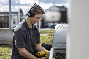 Der Gehörschutz mit eingebautem Radio kann in lauten Industrieumgebungen ebenso eingesetzt werden wie in der Landwirtschaft oder im Garten- und Landschaftsbau.