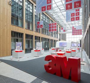 Bei der Produktentwicklung kann 3M auf 46 Basistechnologien zurückgreifen und diese immer wieder neu kombinieren. Die wichtigsten Impulse kommen dabei von den Kunden. Allein im nordrhein-westfälischen Neuss tauschen sich jedes Jahr rund 6000 Kunden mit Forschern und Entwicklern von 3M aus.