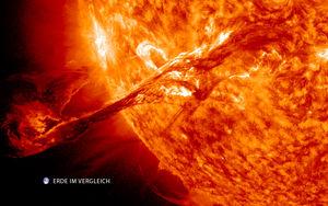 Sonneneruption im Vergleich zur Erde